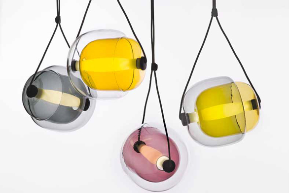 Lucie Koldová navrhla pro firmu Brokis novou kolekci skleněných svítidel Capsula v jemných pastelových barvách. www.brokis.cz.