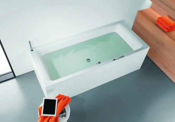 Díky koupelnovému zvukovému systému Sound Wave můžete vnímat hudbu celým tělem, protože vana funguje jako vysoce hodnotné rezonanční těleso (KALDEWEI).