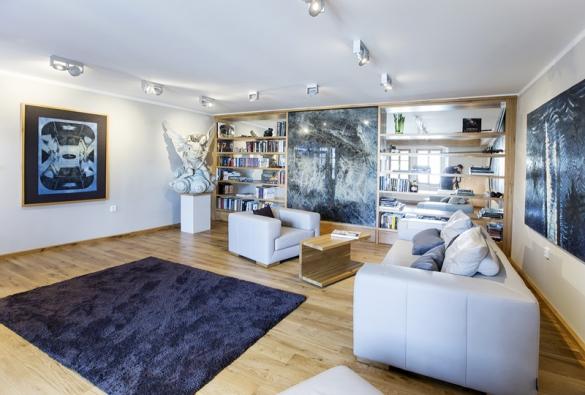 Majitelé si přáli být obklopeni uměním a knihami. Obývací pokoj slouží jako odpočinková část domu, ve které nenajdete televizi.