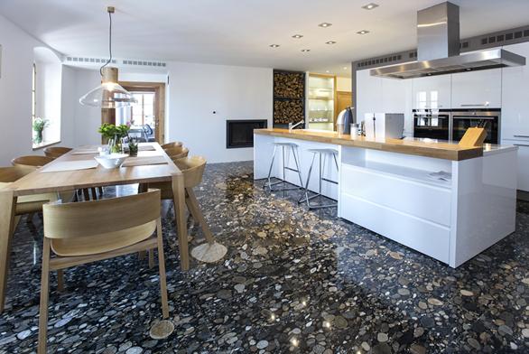 Na první pohled zaujme podlaha v kuchyni ze slepence křemene dovezeného z Jižní Ameriky. Jídelní stůl z masivu, židle od známého výrobce Ton a svítidlo z foukaného skla od Brokis přidávají kuchyni na útulnosti.