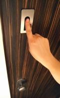 Otvírání dveří pomocí čtečky otisku prstů