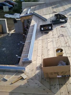 Usazování svodů na podbitou střechu. Pak přijde na řadu izolace a plechové tabule.