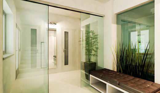 Zádveří se zvětší a prosvětlí díky průhledu do obývacího pokoje a také díky posuvné stěně z čirého tvrzeného skla.