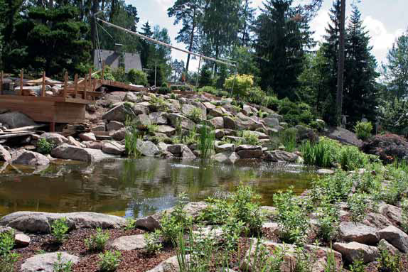 Jezero a teakové molo z dílny realizátorů zapadá dokonale do celkového konceptu zahrady.