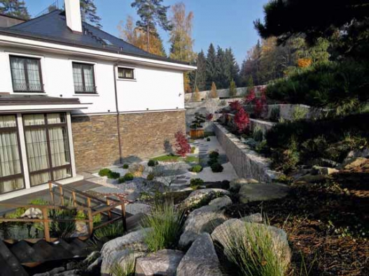 Žula je místním materiálem. Velké množství kamenů se skutečně při zakládání staveb ze země vyhrabalo a použilo, zejména při stavbě jezer.