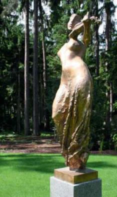 Majitel požadoval umístění uměleckých artefaktů do zahrady. Podařilo se prosadit vkusná a citlivá díla akademického sochaře Saši Zahradníka.