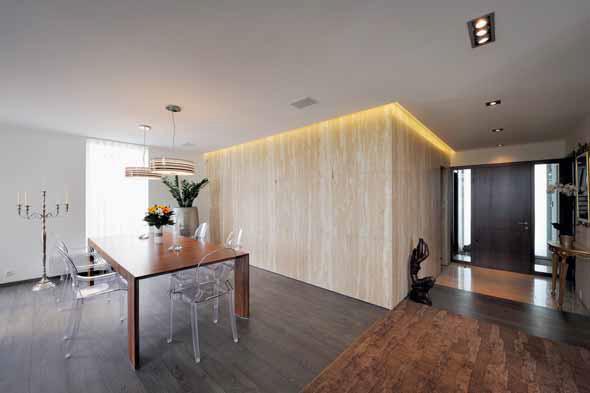 Elegantní entrée, přímo propojené s obytným prostorem, budí příjemný dojem. Žádá si samostatnou šatnu hned u vstupu do domu.
