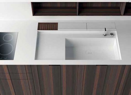 Corian® umožňuje atypické provedení pracovní desky, například spojení pracovní plochy s dřezem a odkapávací plochou v jeden celek přesně na míru. Orientační cena se pohybuje zhruba od 7 000 Kč za běžný metr desky, záleží na náročnosti zpracování.