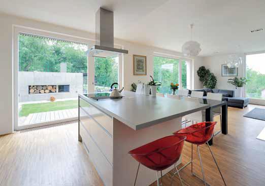Rozšířením kuchyňského ostrůvku pomocí přesahující pracovní plochy může vzniknout praktické malé stolování.