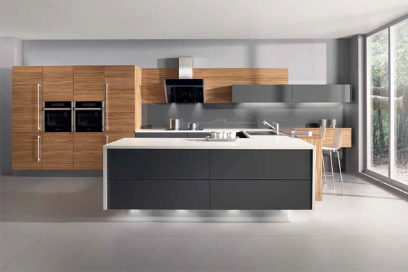 Ve velké kuchyni lze rozšířit pracovní plochu originálním způsobem, například pomocí sestavy ve tvaru písmene U zasahující volně do prostoru. Na ukázku jsme vybrali linku Fortuna zebrano, Gorenje.
