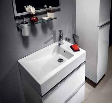 Nábytková řada Cubito obsahuje bohatou škálu skříněk, najdete řešení pro jakoukoliv koupelnu. Povrch si můžete vybrat v dekoru tmavé wengé, skořice, bílý nebo béžový lak s vysokým leskem, čelní dvířka mohou být i skleněná. Nejmenší šířkový modul je 320 mm, závěsná skříňka pod asymetrické umyvadlo o rozměrech 760 x 460 x 370 mm je za 7 253 Kč (JIKA).