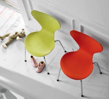 Slavné židle Series 7 (FRITZ HANSEN) tentokrát v provedení pro děti, 9 barevných verzí, 3 druhy dřeva, zde jasanové dřevo, odstín žlutá a oranžová, výška sedáku 32 cm, rozměry 40 x 42 x 60 cm, cena 12 574 Kč, FRITZ HANSEN.
