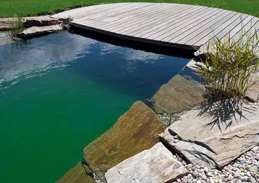 Přírodní koupací jezírko má vysokou kvalitu vody bez vedlejších účinků na kůži a dýchací orgány.