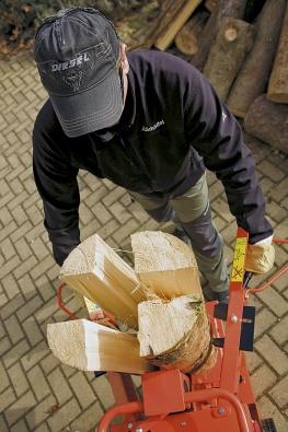 Pokud se vám nechce dřít při přípravě palivového dřeva se sekerou, pořiďte si vertikální štípačku Powersplit 6t s tlakem 6 tun, která je určená ke zpracovávání velkých objemů dřeva. Její konstrukce umožňuje štípat až 104 cm dlouhá polena, a to i z velmi tvrdého dřeva.