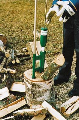 Ruční štípačka dřeva Smart-Spliter od fi rmy AGMA představuje převratný přípravek na štípání dřeva bez sekery, kalače, klínů a palice.