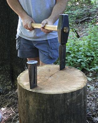 Skvělou pomůckou pro dělení delších špalků obřích průměrů jsou štípací klíny, které se do dřeva zatloukají pomocí kalače nebo velké palice.