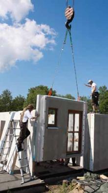 Jedna z používaných metod montáže rodinného domu z předem vyrobených a dokonale izolovaných dílců (MS HAUS).