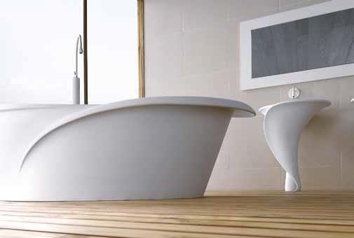 Vana a umyvadlo navržené italským architektem Orianem Favaretto exkluzivně pro Mastella design jsou inspirovány kalichem květiny. Originální tvar těchto předmětů dodá koupelně jedinečnost. www.mastella.it.