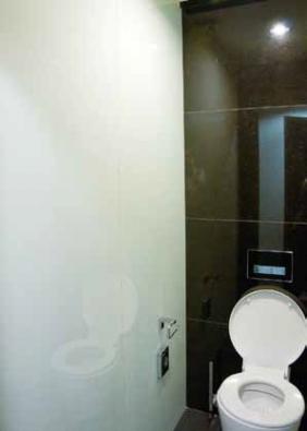 Obklad stěn sklem Planilaque Evolution extra panely jsou zasazeny pouze do podlahového white – lakované sklo vhodné právě především na obklady stěn, sloupů nebo jako obklad na nábytek – skříňky, kuchyně apod. (SAINTGOBAIN GLASS SOLUTIONS CZ).