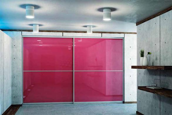 Posuvná skleněná příčka jako designový solitér interiéru v sobě spojuje moderní design a praktičnost (DELFI).