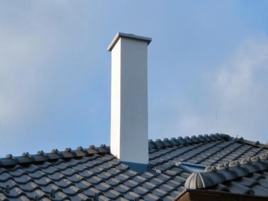 Jednou z mnoha variant řešení nadstřešní části komínu je základní provedení s omítnutým povrchem (HELUZ).
