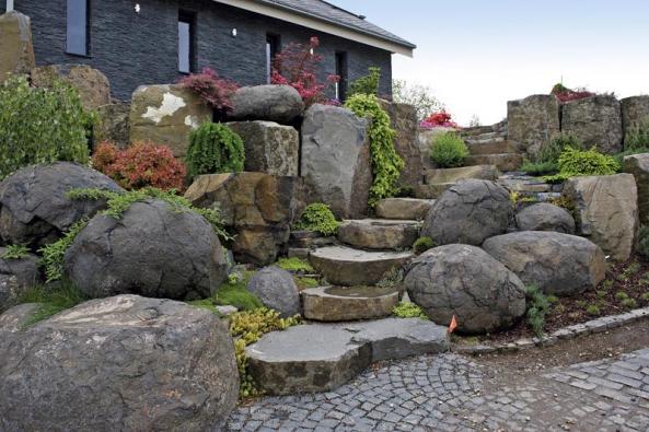 Vpřední části zahrady jsou vedle běžných forem kamenných stolců použity vevětší míře kulovité čedičové balvany sopečných pum. Prostory mezi kameny jsou osázeny drobnými kultivary rostlin, například zakrslými jehličnany, dřišťály aazalkami.