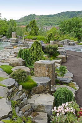 Ukázka profesionálního začlenění zahrady dokrajiny, kde kameny arostlinstvo nenápadně navazují naokolní přírodu.
