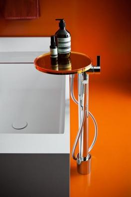Závěsné poličky, regálové skříňky, taburetky, odkládací plochy, zrcadla a další vybavení v čirém nebo barevném provedení účelně doplní a zkrášlí každou koupelnu.