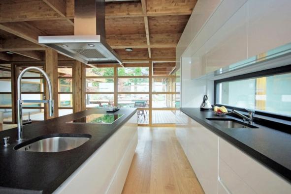Prosklená zadní plocha nad pracovní deskou poskytuje při vaření příjemný výhled do zimní zahrady.