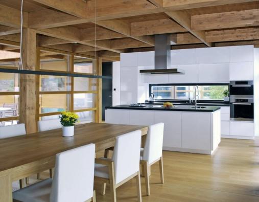 Pohledové plochy kuchyňského nábytku INFINI jsou z vysoce odolného materiálu Thermopal, provedení vysoký lesk, cena 150 000 Kč.
