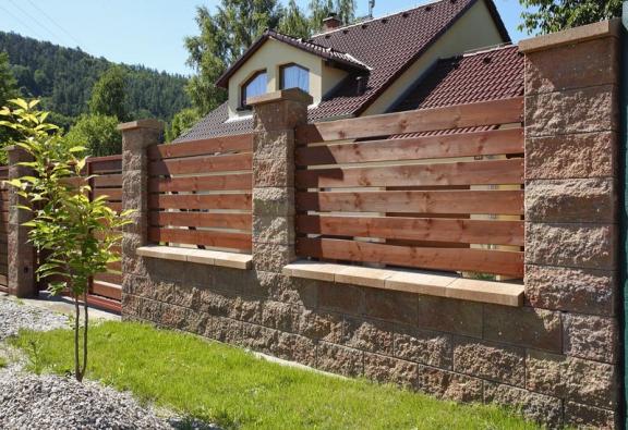 Nabídka betonových plotových prvků aprvků opěrných zdí je opravdu široká. Ideální je kompletní dodávka včetně plotových výplní odjedné firmy (BEST).