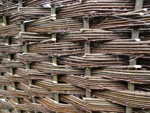 Proutěné ploty jsou přírodním produktem anevyžadují žádnou údržbu. Kprůpletu se používají mladé vrbové alískové pruty bez dalších spojových prvků.