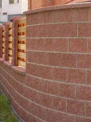 Realizační firmy nabízejí kromě zdiva idalší zahradní doplňky. Vjednotném duchu lze pořídit třeba ipalisády, okrasné asvahové tvárnice, travní lemy, lavičky či květináče (PRESBETON).
