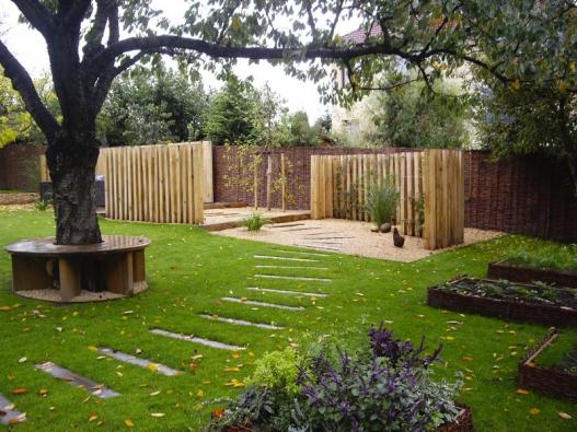 Proutěné ploty zahrnují široké spektrum dekorativních možností pro zahradní architekturu, zajímavá je například kombinace se dřevem.