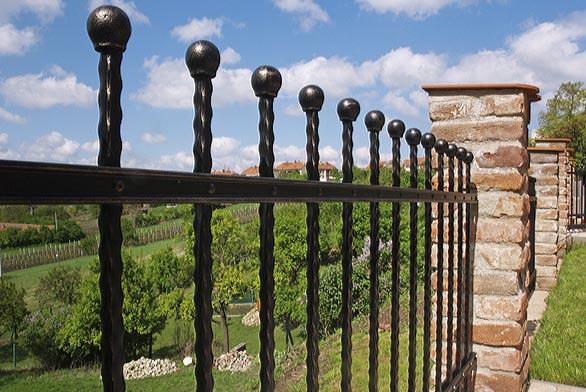Montáž plotů je velmi jednoduchá – jednotlivé díly se přišroubují naspeciální závěsy dozděných pilířů nebo ocelových sloupků.