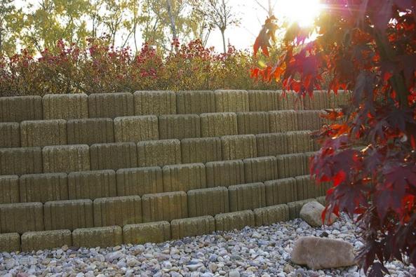 Zeď ze svahových tvárnic se používá pro řešení venkovní zahradní aparkové architektury, například okrasné opěrné zdi, zídky adělicí okrasné stěny (DITON).