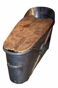 Houpací vanu vyrobila v roce 1898 společnost Moosdorf & Hochhäusler z Berlína. Na druhé vaně z pocínovaného plechu je vidět, z jak malých plechů se tehdy vany vyráběly.