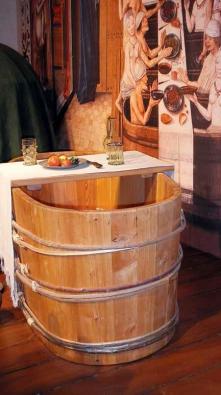 Středověká koupel našich předků skýtala požitky všeho druhu. Procedura se neobešla bez hudebníků a sličných lazebnic, které přilévaly do kádí teplou vodu, dolévaly víno a doplňovaly pokrmy.