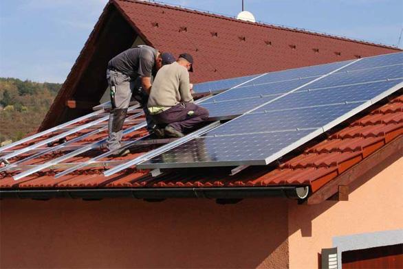 Střešní fotovoltaika je zařízení, které může efektivně fungovat i čtyřicet let – musí však být dobře navržena, kvalitně instalována a o zbytek se už postará slunce.