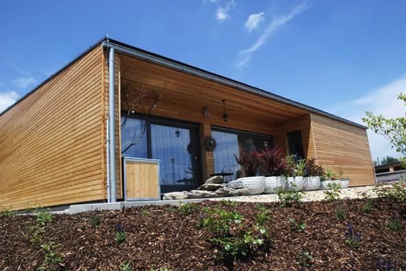 Přízemní bezbariérový dům je vystavěn napůdorysu 10,5 x 15m, má pultovou střechu se sklonem 8° avýšku hřebene 4,7m.