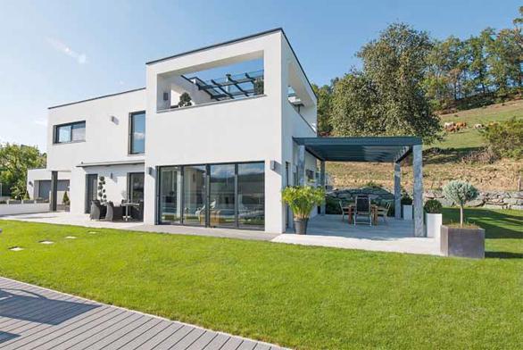 Velkoryse prosklený pasivní dům s výplněmi stavebních otvorů od firmy Internorm.