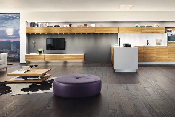 Kuchyňskou sestavu Vao aobývací nábytek Lux (Team 7) stylově sjednocuje materiál (masivní dub) azkosené hrany napředních plochách, cena celé sestavy 690000Kč (DECOLAND).