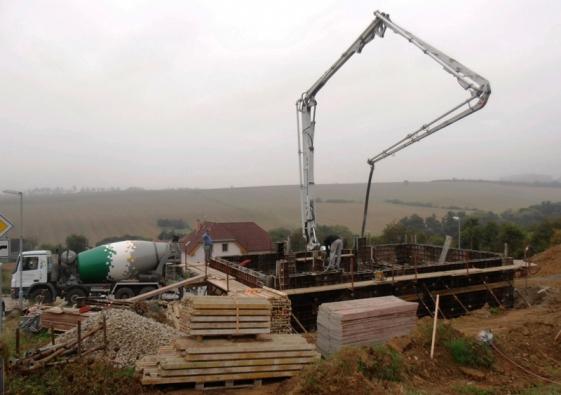 Značkový beton PERMACRETE pomáhá svým složením omezit vznik trhlin od smrštění a hydratačního tepla a průsak hmotou betonu.