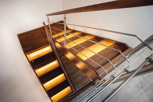 Podestové dřevěné schodiště s nerezovým zábradlím, dřevěným madlem a LED osvětlením v nášlapech (SWN).