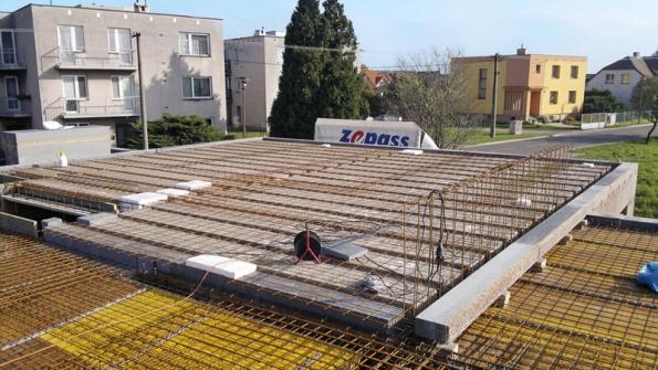 Vystavěné bednění stropu se zalévá betonovou směsí, včetně konečného vybetonování 50mm desky nad stropními tvarovkami (VELOX).