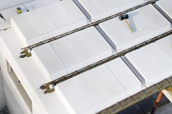 Vložky Ytong splňují požadavky naodolnost vůči prolomení či odlomení úložného ozubu při bodovém zatížení 450kg najednu vložku.