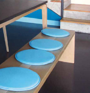 Schodiště tvoří součást kuchyně a rozšiřuje úložný prostor na maximální možnou míru. Podlaha je z olejované cementové stěrky.