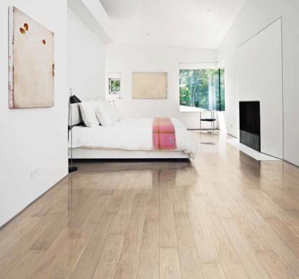 Třívrstvá dubová podlaha s extra vysokým leskem z kolekce Shine (Kährs), dekor Dub Pearl, cena 3 315 Kč/m² (KPP).