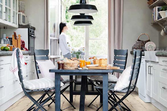Podlaha z kolekce Laminate Classic (Quick-Step), dekor Dub natřený bílá prkna, cena 1 088 Kč/m² (QUICK-STeP).
