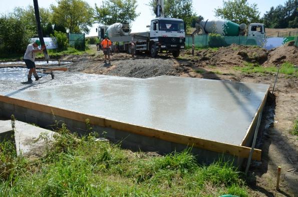 Betonáž základové desky drátkobetonem STEELCRETE zvládne dvojice stavebníků už za 2 hodiny.